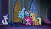 Applejack e Rainbow Dash continuam a sua rivalidade T4E03