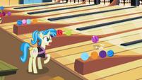 Bowling ball bouncing S02E06