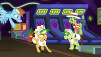 Rainbow flies down to Goldie Delicious S8E5