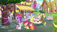Apple Bloom talks to her friends at the cafe S8E10