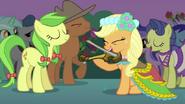 S02E25 Applejack grająca na skrzypcach