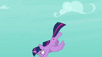 Twilight flies down to save her friends S8E11