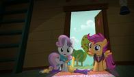 Scotaloo i Sweetie Belle wchodzą do zaciemnionej siedziby Znaczkowej Ligi