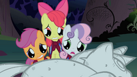 The CMC look at Twilight's statue S1E17