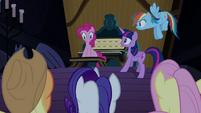 Pinkie Pie ajudando as amigas com a 'sua' festa T4E03