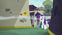 Rarity follows Pinkie into the alley S6E12