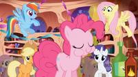S01E01 Pinkie je babeczkę z ostrym sosem