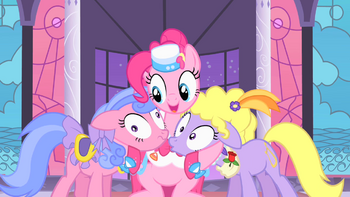 S01E26 Pinkie przytula Lyricę i Royal Ribbon