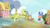 Granny Smith about to high-hoof Scootaloo S4E05
