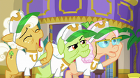 Goldie Delicious pretending to be tired S8E5