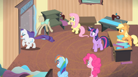 Rarity leaves the room S4E08