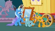 S01E06 Trixie z niesmakiem patrzy na pomocnika