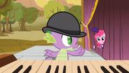 S01E21 Spike daje znak Pinkie Pie