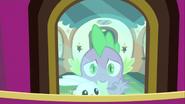 S03E11 Spike trzyma Angela i patrzy za okno