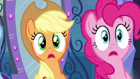 Applejack e Pinkie Pie escutando EG