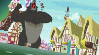 Bear-Thorax roaring and pounding his chest S7E15