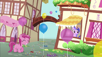 Berry Pinch with a balloon S4E12