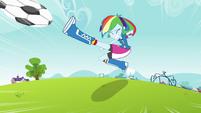 Rainbow Dash chuta a bola EG
