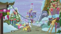 S05E20 Udekorowane Ponyville