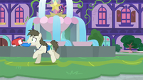 Tourist Pony runs after the tour group S8E11