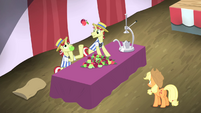 Flam juggling apples S4E20
