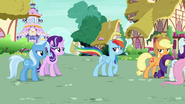 S06E25 Rainbow podmieniec macha ogonem na Starlight i Trixie