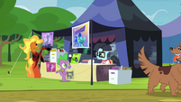 Spike haggling with comic pony S4E22