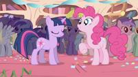 Twilight no esta muy feliz de la fiesta sorpresa2 S1E1