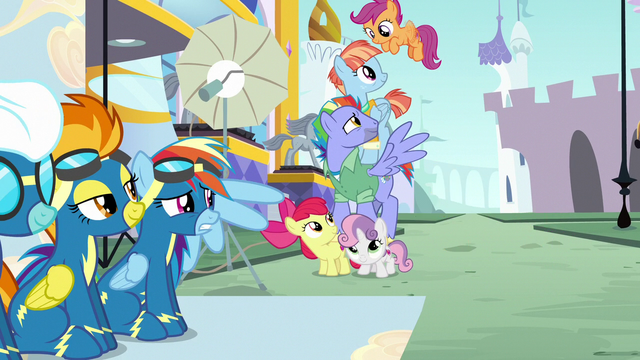 File:Scootaloo flutters to the top of the pyramid S7E7.png
