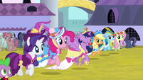 Twilight trotting alongside friends S03E13