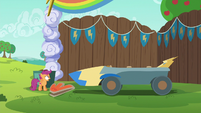 Scootaloo sees the chicken head is gone S6E14
