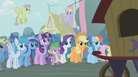 Twilight and friends see the show starting S1E06