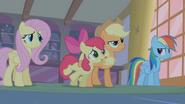 S01E09 Applejack przytrzymuje siostrę