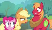 S04E09 Applejack ochrzania Big Maca