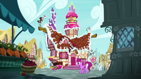 Exterior shot of Sugarcube Corner S7E23