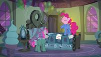 "Pinkie ""the best friendship-maker in Ponyville"" S7E4"