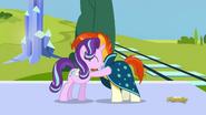 S06E02 Starlight i Sunburst przytulają się na pożegnanie