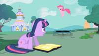 Twilight and Pinkie -please stop shouting- S01E26