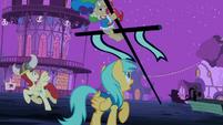 Mayor on a falling pole S2E04