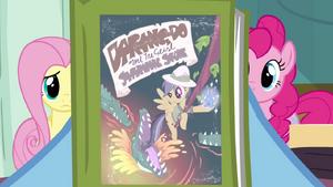 Rainbow Dash olhndo para o livro da Ousada Ativa T2E16