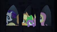 Spike e suas amigas no corredor do castelo T4E03