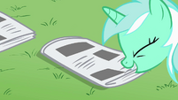 Lyra Heartstrings grabbing a newspaper S02E23