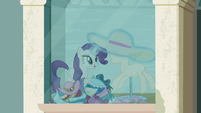Rarity puts a new hat on the mannequin S6E9
