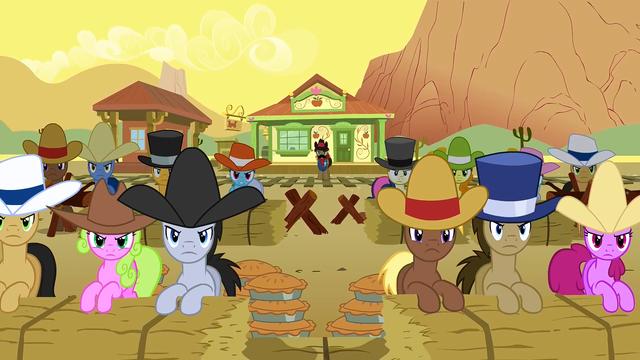 Файл:Appleloosa Preparing For Battle S1E21.png