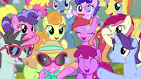 Audience ponies cheering at Pinkie Pie MLPS5