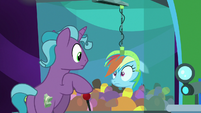 Hotel pony grabs Rainbow with claw machine S8E5