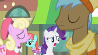 Rarity singing next to proud ponies S4E8