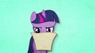 MAFH 01 Twilight czyta zaproszenie na ślub