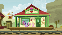 Twilight and Fluttershy arrive to Appleloosa S9E22