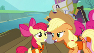 S04E09 Applejack ochrzania Apple Bloom